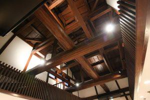 大きな梁の天井